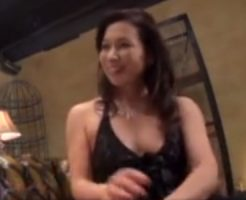 【松下美香熟女動画】高級スナックの50代のCカップ美人ママが誰も居ないお店で常連客と濃密セックス!
