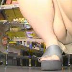 【パンチラ盗撮熟女動画】買い物中の30代素人の美人妻を狙ってカバンに仕込んだカメラでパンツを隠し撮りwww