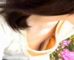 【盗撮熟女動画】親子連れで賑わう公園で胸元が無防備な30代の奥様達を狙い胸チラ隠し撮りしたったwww