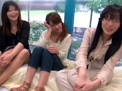 【結城みさ熟女動画】MM号でママ友たちの目の前でパニック寸前羞恥セックスする三十路巨乳美人奥様!