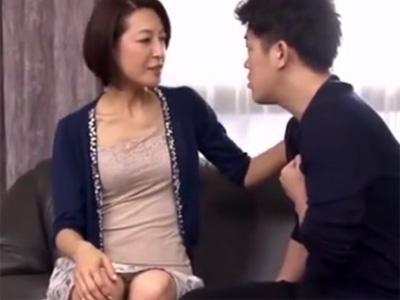 【近親相姦熟女動画】50代の色気ある美人貧乳母親が思春期の息子を元気づける為に母子相姦セックス!
