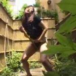 【オナニー熟女動画】40代の美人眼鏡奥様が家の庭掃除してるとムラムラ発情して竹ぼうきでおまんこ弄り自慰行為!