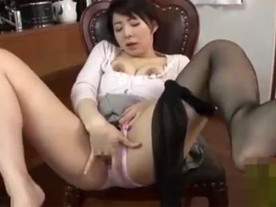 【オナニー熟女動画】三十路スレンダー巨乳美人妻の見せつけるような指オナがエロ過ぎて興奮www