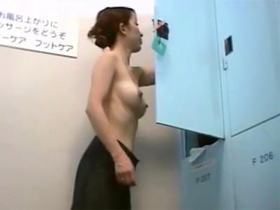 【盗撮熟女動画】銭湯の脱衣所に潜入した女盗撮犯が四十路素人奥さん達の生着替えを隠し撮り!