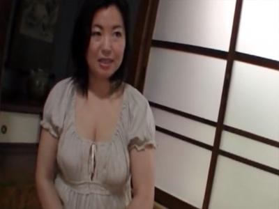 【四十路熟女動画】ムッチリ爆乳美熟女が胸を強調した服装でAV撮影に参加⇒初撮りでハードセックスのハメ撮り!