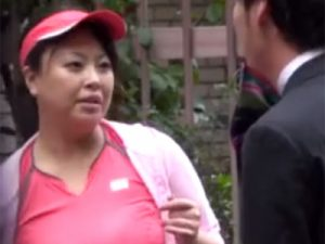 【ナンパ熟女動画】ジョギング中の40代ぽっちゃり爆乳奥様に童貞君が必死にセックスを頼み込む!