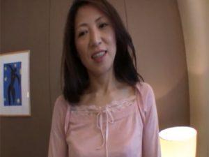 【五十路熟女動画】清楚な美魔女おばさんが性欲を解消する為にAV出演⇒生ハメセックスで大量中出し!