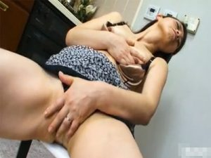 【オナニー熟女動画】五十路美熟女デカ尻奥さんが台所で椅子の角にマンコを押し当て激しい自慰行為!
