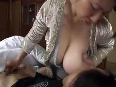 【近親相姦熟女動画】五十路ぽっちゃり爆乳母が乳離れ出来ない息子のチンポを手コキ奉仕!