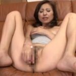 【オナニー熟女動画】50代スリム貧乳奥様がM字開脚でマンコを広げローターでクリトリスと膣内を激しく刺激!