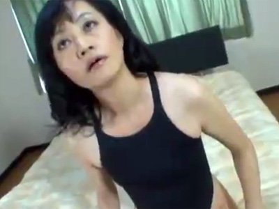 【フェラチオ熟女動画】モデル撮影と騙された五十路素人美人奥様がチンポをしゃぶらされて口内発射!