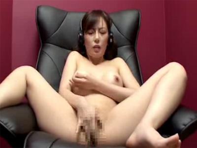 【盗撮熟女動画】個室ビデオ店で30代巨乳美人妻がヘッドフォン付けてAV見ながらオナニーしてる様子を隠し撮り!