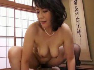 【円城ひとみ熟女動画】ドスケベな40代Dカップ巨乳おばさんが若い男と本気セックスで乱れ狂う!