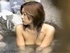 【盗撮熟女動画】貸し切り露天風呂で旦那と入浴してる四十路Dカップ美熟女のだらしないボディを壁の隙間から覗くwww