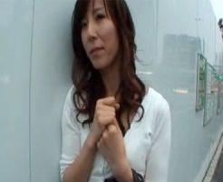 【澤村レイコ熟女動画】謝礼でナンパした四十路巨乳美熟女を撮影スタジオで玩具責め⇒3P中出しセックス!