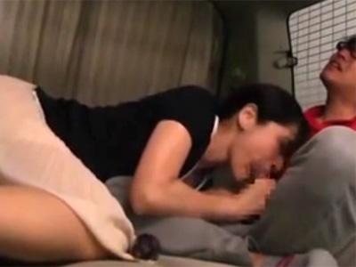 【フェラチオ熟女動画】車の中で40代の上品な美熟女がチンポをしゃぶりながらオナニーして口内発射!