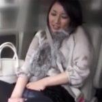 【オナニー熟女動画】「ここで大丈夫!?」ドライブ中に車内で三十路美人妻に自慰行為を強要する!