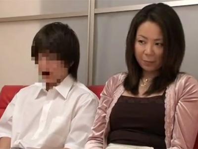 【近親相姦熟女動画】街で出会った親子に一緒にAV鑑賞させた結果⇒カメラの前で母子相姦セックス開始www