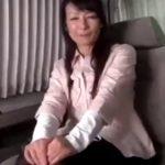 【ナンパ熟女動画】50代素人の上品な巨乳美人奥様を捕獲⇒車内でパンチラ見せからラブホでハメ撮りセックス!