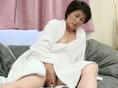 【五十路熟女動画】ショートカットの清楚素人奥様がAV出演⇒オナニーで絶頂しチンポをしゃぶって本気SEX!