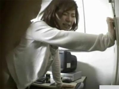 【盗撮熟女動画】万引きした40代主婦を店長が脅してチンポしゃぶらせてSEXする様子を防犯カメラが捉えた映像!
