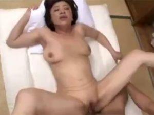【五十路熟女動画】100cm美巨乳美熟女が旦那以外の肉棒をフェラチオから中出しセックス!