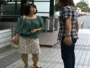 【ナンパ熟女動画】街中で番組取材と称して五十路素人奥様をゲット⇒撮影スタジオで口説き中出しセックス!