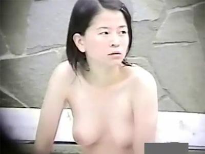 【盗撮熟女動画】山奥にある露天風呂で30代素人の色白奥様の入浴を望遠カメラで覗く⇒Eカップおっぱいに釘付け!