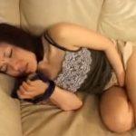 【オナニー熟女動画】五十路スレンダー美人妻がパンストやパンツの匂い嗅ぎながら指オナ!