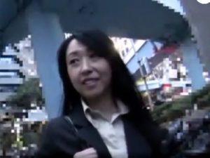 【ナンパ熟女動画】「生はダメです!」50代素人の美熟女銀行員をアンケートと騙して捕獲⇒無許可中出し!