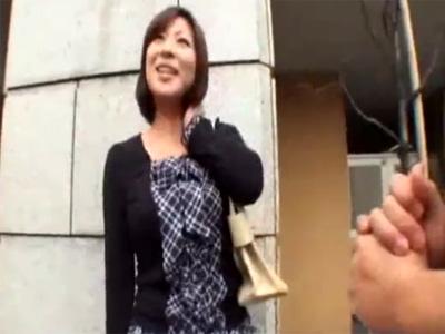 【ナンパ熟女動画】街中でアンケートと称して三十路素人巨乳奥様を捕獲⇒大人のおもちゃで弄って生ハメ中出し!