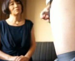 【フェラチオ熟女動画】センズリ鑑賞だけの筈が欲情してチンポをおしゃぶりする50代素人おばさん!