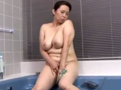 【オナニー熟女動画】セックスレスの50代おデブ爆乳奥さんが風呂場でおまんこを弄り激しい自慰行為!