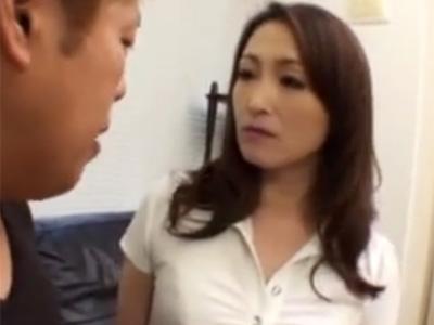 【五十路熟女動画】性欲旺盛な美熟女巨乳マダムが若い男を誘惑してチンポをフェラから生ハメセックス!