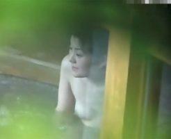 【盗撮熟女動画】露天風呂の湯船に浸かって談笑してる四十路素人奥様たちの裸体を望遠カメラで覗き見www