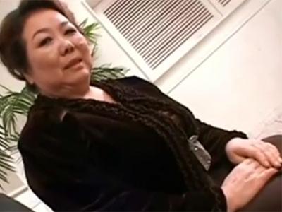 【五十路熟女動画】57歳素人のおデブ爆乳おばさんがAV出演⇒段腹お肉を揺らして本気セックス!