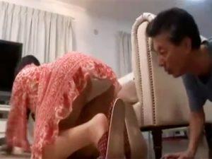 【五十路熟女動画】掃除してる豊満なEカップ美人嫁のパンチラに欲情した旦那がマンコを悪戯して本気SEX!