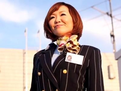 【四十路熟女動画】国際線のスレンダーな客室乗務員さんが制服姿のままアナルセックスでヨガる姿が卑猥!