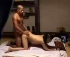 【盗撮熟女動画】温泉旅館で出張マッサージを部屋に呼ぶ⇒50代美熟女整体師を口説き落として濃厚SEX!