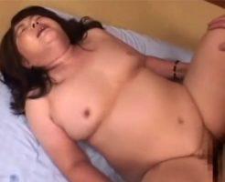 【五十路熟女動画】ムチムチ体型のぽっちゃり巨乳奥さんが他人棒に喘ぎまくって中出しを受け入れる!