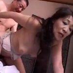 【レイプ熟女動画】五十路垂れ乳未亡人が変態義兄夫婦に生ハメセックスを強要されて膣内射精!