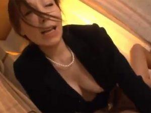 【四十路熟女動画】喪服姿の巨乳美人未亡人が夫の仏壇前で親族達と濃厚セックスしてザーメンまみれに…