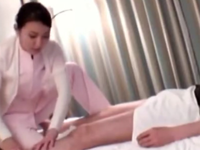 【四十路熟女動画】出張先ホテルで呼んだ美人妻巨乳マッサージ師に猥褻行為して中出しSEXしたったwww