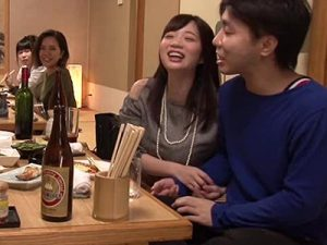 【若妻動画】同窓会で10年ぶりに再開したムッチリ人妻が巨乳おっぱい当てながら幼馴染を誘惑www
