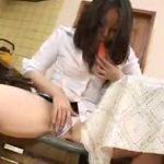 【オナニー熟女動画】30代素人巨乳主婦が台所でニンジンを疑似フェラチオから自慰行為で絶頂!