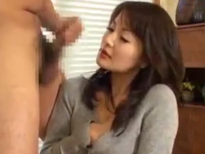 【フェラチオ熟女動画】「見てるだけで良いんですよね?」40代素人奥さんが勃起チンコに欲情してしゃぶって指オナ!