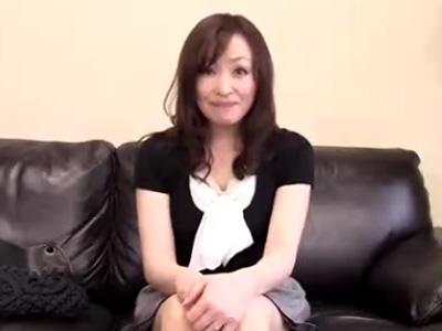 【四十路熟女動画】45歳素人美巨乳おばさんが旦那だけでは物足りずAV出演⇒裸エプロンで本気セックス!