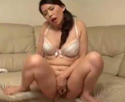 【オナニー熟女動画】性欲強い40代素人巨乳美人妻が失禁しながら指オナで何度も絶頂しまくる!