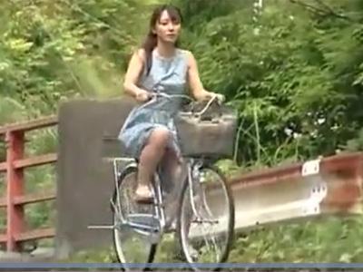 【レイプ熟女動画】田舎の30代素人ママチャリ美人妻を車で山奥に拉致して中出し強姦!