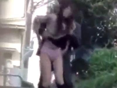 【盗撮熟女動画】街行く二十路素人妻のスカートを捲り上げパンツを食い込ませるイタズラwww